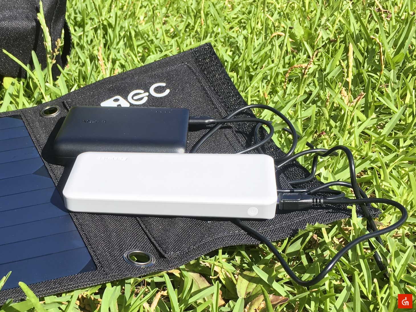 026_20160618_iec-solar-charger