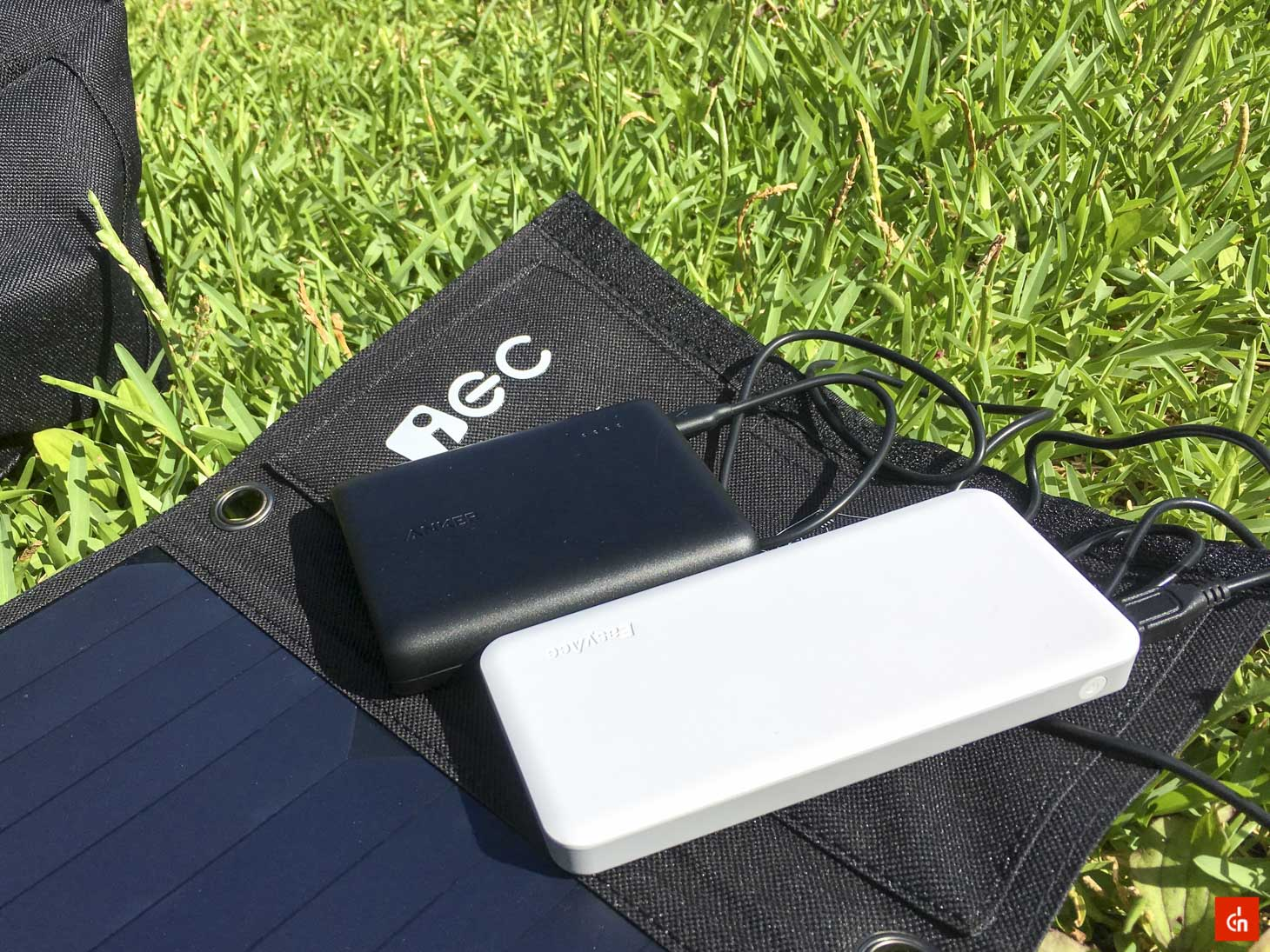 027_20160618_iec-solar-charger
